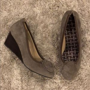 Vionic Hayes Suede Wedges *missing orthotic insert